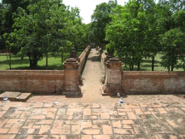 Eastern walkway towards the monastery