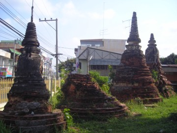 (Satellite chedi on the premises of Wat Tha Sai